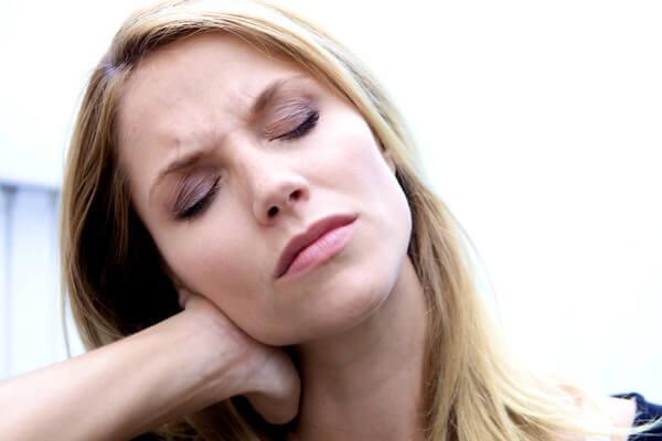 Мучает головная боль в области затылка? Узнайте о причинах!